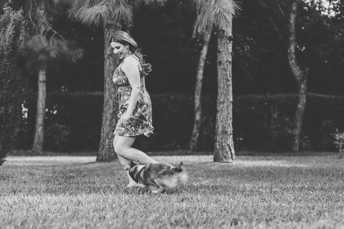 Noiva correndo com seu cachorro