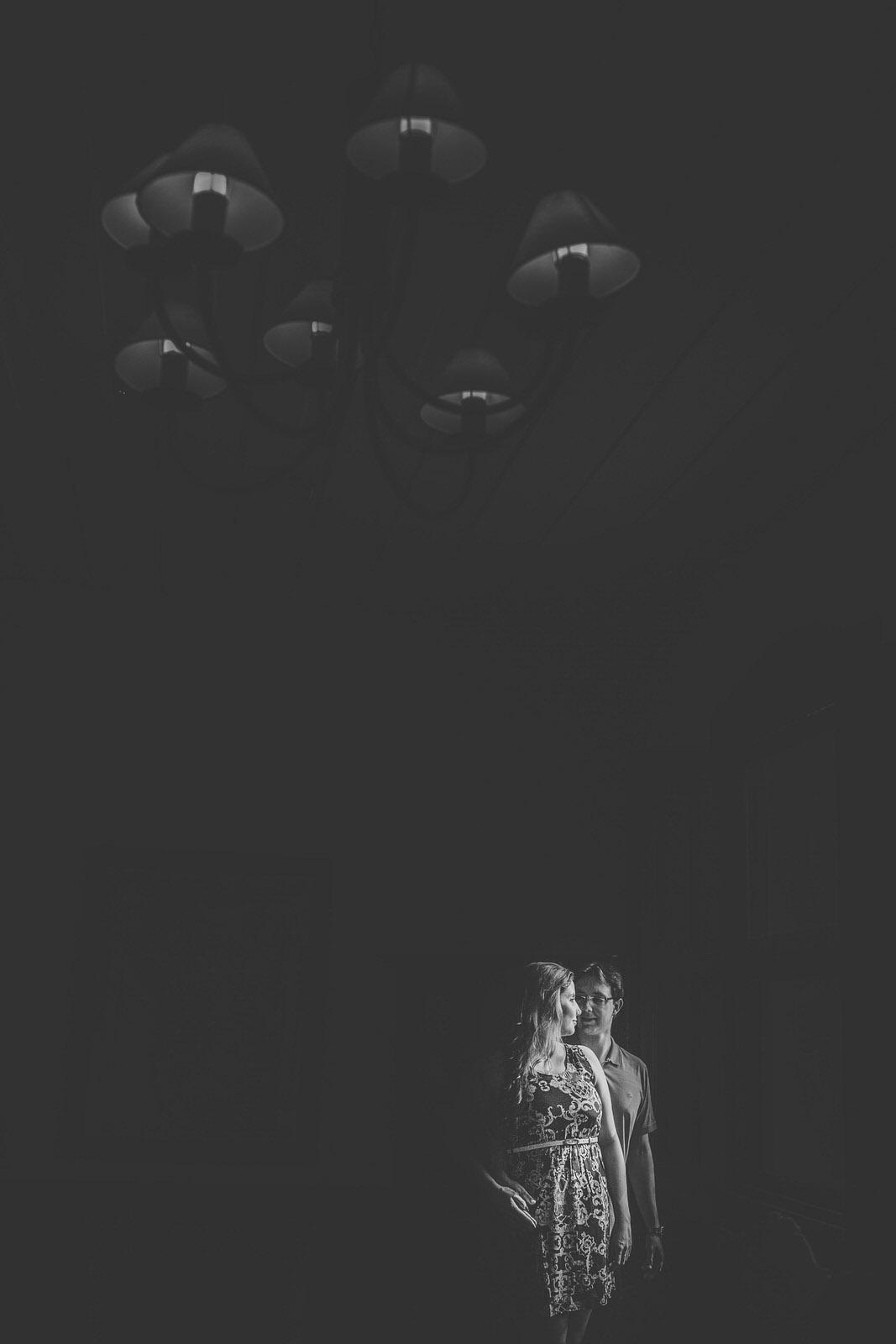 Casal sendo iluminados pela janela