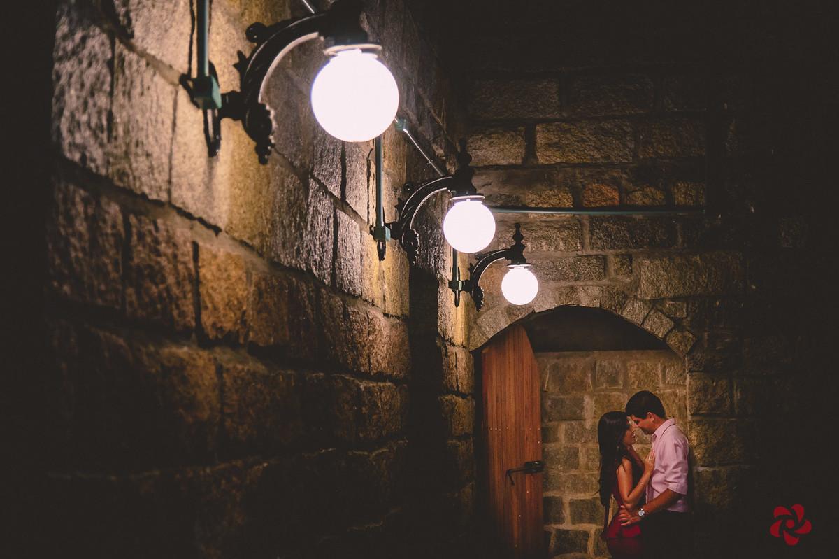 Noivos encostados na parede