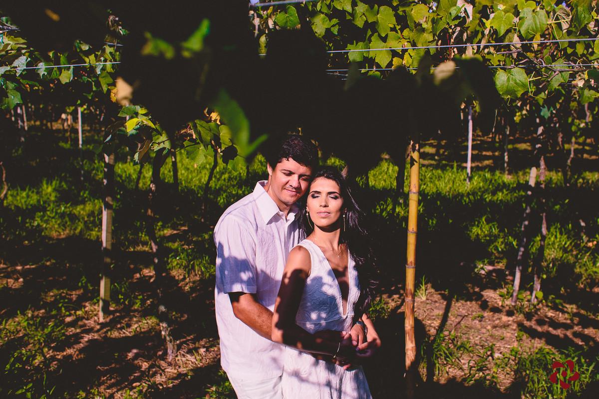 Casal no sol embaixo da parreira de uva