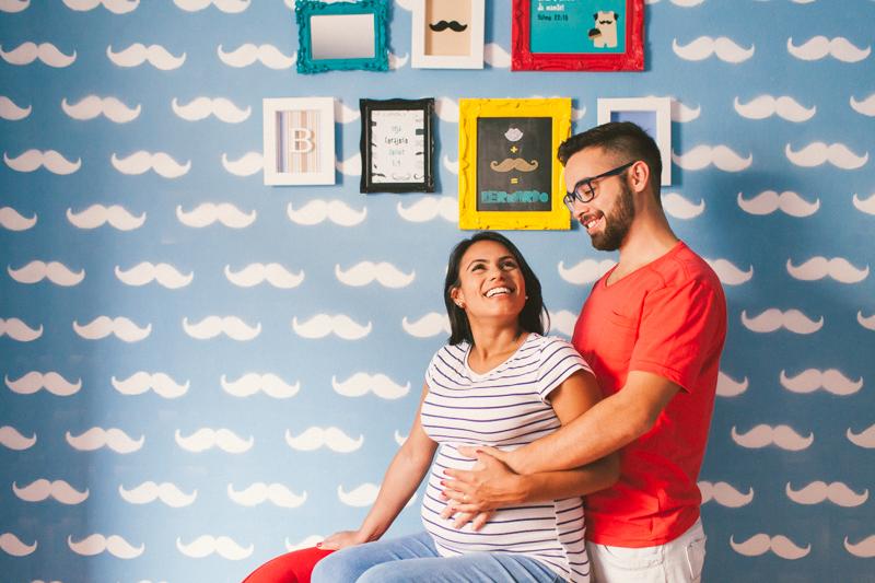 Foto de casal de casal esperando o primeiro bebê, no quartinho decorado. Fotografia de gestante, fotos de gravidas, fotografia de família. Fotografia de família em Itapetininga - SP, fotos feitas por Moyra e Tiago, fotógrafos de