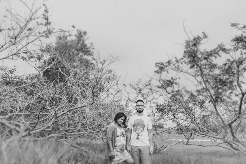 Fotos espontâneas de casal grávidos, ensaio da primeira gravidez num estilo leve, foto de gestante na natureza. Fotografia de gestante, fotos de gravidas, fotografia de família. Fotografia de família em Itapetininga - SP, fotos