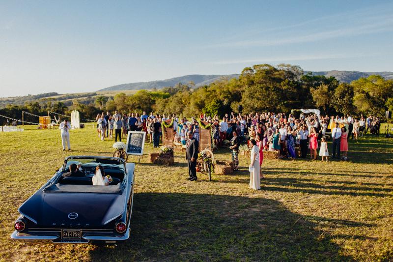 A Sharline e o Clayton se casaram de dia, foi um casamento no campo debaixo do sol, a cerimônia foi roadeada de muito verde, a noiva chegou no casamento com u carro clássico. Fotos por Moyra e Tiago, fotógrafos de casamento.