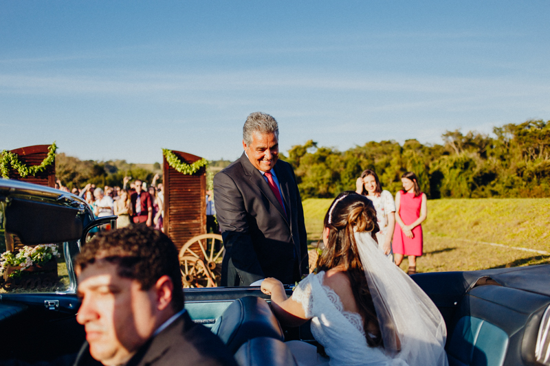 A Sharline chegou para o casamento e seu pai a recebeu, pai da noiva, casamento de dia. Fotos por Moyra e Tiago, fotógrafos de casamento.