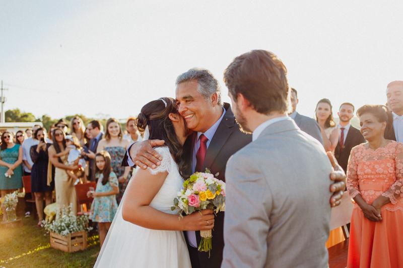 O pai da noiva ficou emocionado, a Sharline entrou na cerimônia com seu pai. Fotos por Moyra e Tiago, fotógrafos de casamento.