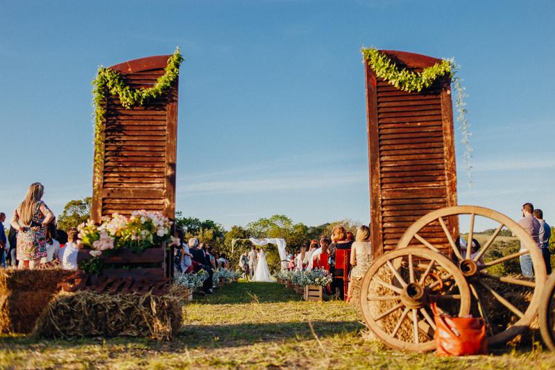 casamento de dia, decoração de casamento rústica, decoração folk, casamento de dia, casamento no interior de São Paulo, casamento em Araçoiaba - SP. Fotos por Moyra e Tiago, fotógrafos de casamento.