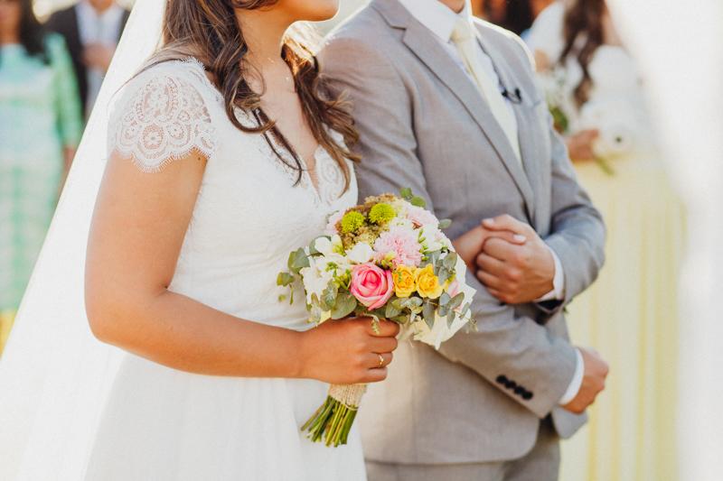 A noiva se casou com um buquê de flores colorido, a cerimônia do casamento estava linda, casamento de dia, decoração de casamento rústica, decoração folk, casamento de dia, casamento no interior de São
