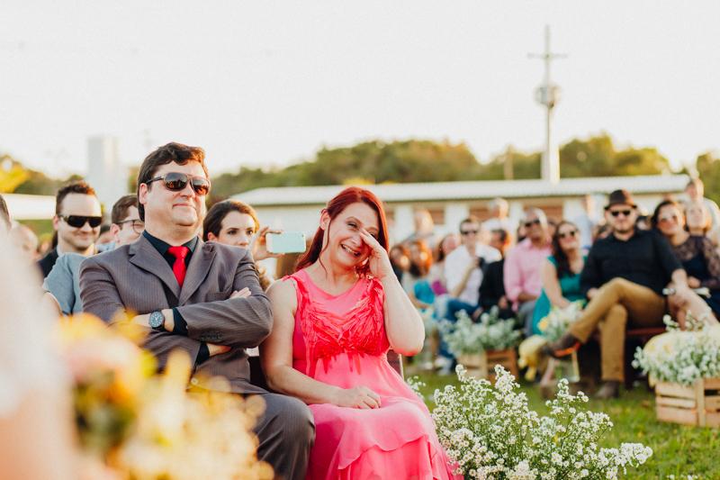 mãe do noivo emocionada, lágrimas de alegria, casamento com emoção, Fotos por Moyra e Tiago, fotógrafos de casamento.