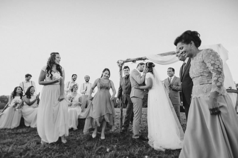 O Beijo dos noivos, pode beijar a noiva, fotografia de casamento em preto e branco, Fotos por Moyra e Tiago, fotógrafos de casamento.