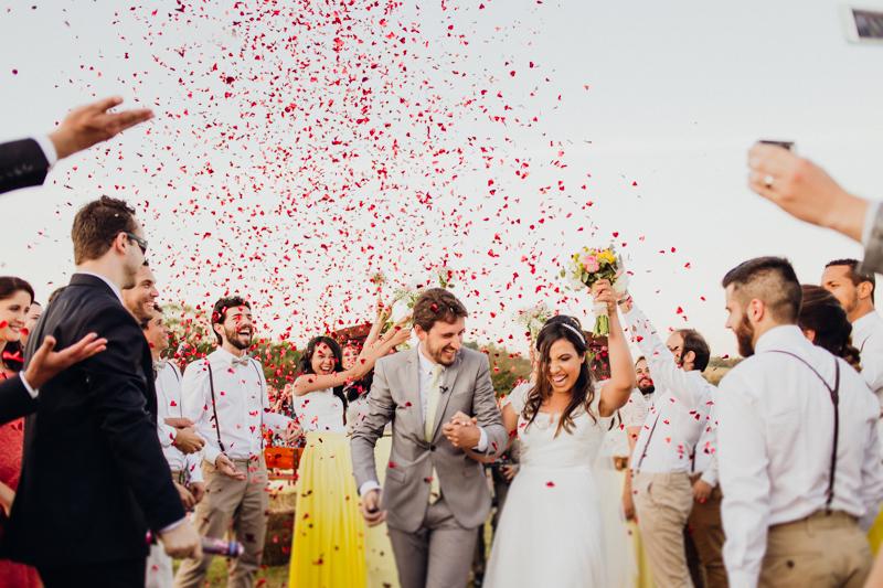 Os noivos recém casados estavam radiantes de alegria, casamento com chuva de pétalas, casamento com alegria, casamento de dia, casamento no campo, Fotos por Moyra e Tiago, fotógrafos de casamento.