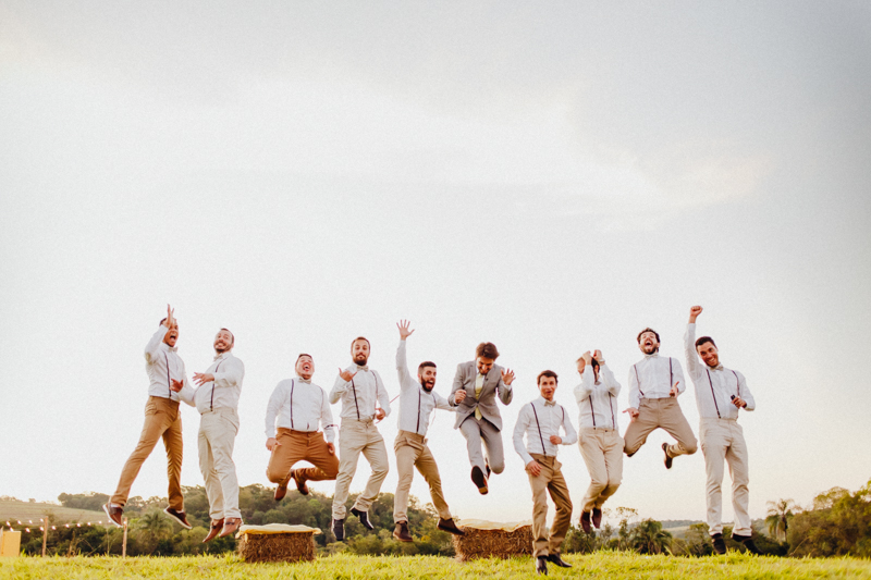 Foto divertida do noivo com os padrinhos, padrinhos do noivo, casamento rústico, lindo casamento no campo, Fotos por Moyra e Tiago, fotógrafos de casamento.