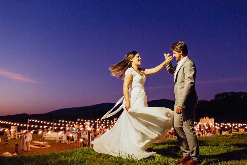 Os noivos Sharline e Clayton no dia de seu casamento, uma foto criativa dos noivos, fotografia de casamento cheio de movimento, vestido da noiva rodando, fotografia no pôr do sol, casamento no interior, Fotos por Moyra e Tiago, fotógrafos de