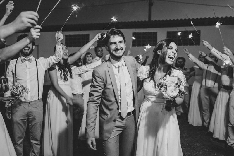 Noivos cheios de alegria, fotografia de casamento com emoção, os noivos e os padrinhos, mini wedding, Fotos por Moyra e Tiago, fotógrafos de casamento.