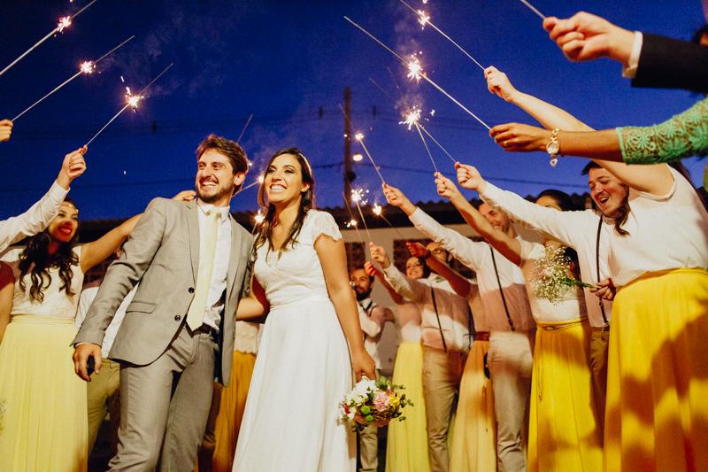 A Shalyne e o Clayton chegaram na festa rodeados pelos padrinhos, foi um casamento intimista, casamento com estilo rústico, Fotos por Moyra e Tiago, fotógrafos de casamento.
