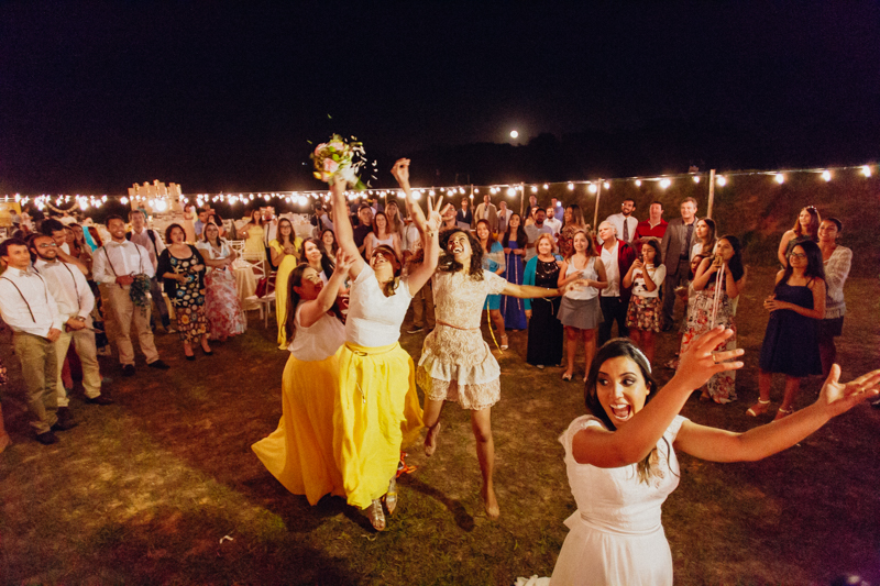 A noiva jogou o buquê, as solteiras tentaram pegar o buqué, Fotos por Moyra e Tiago, fotógrafos de casamento.