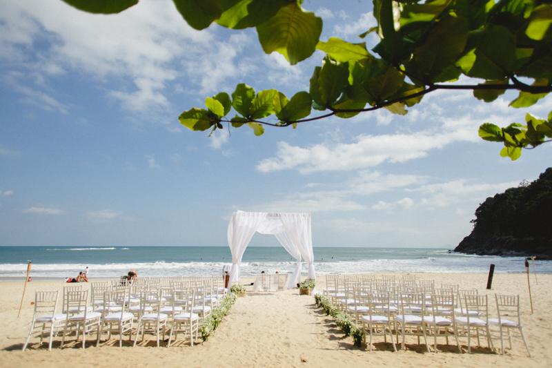 Lindo cenário para um casamento na praia. Decoração minimalista e fotos lindas de casamento.