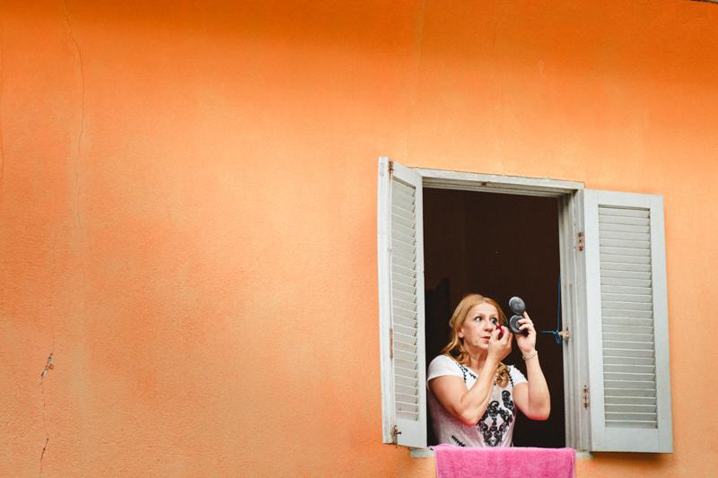Fotografia espontânea, sem poses. A Moyra fez uma linda foto da tia da noiva se arrumando na janela
