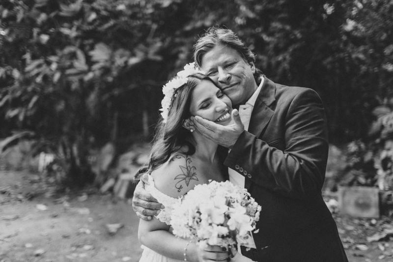A Mayra se casou na praia e conseguimos fotografar vários momentos lindos dela com seu pai. Rendeu muitas fotos lindas e espontâneas.