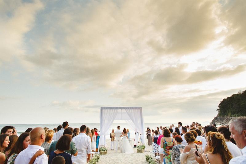 casamento na praia, com por do sol lindo. Fotos feitas por Moyra e Tiago, fotógrafos de casamento. Casamento de dia, fotos espontâneas.
