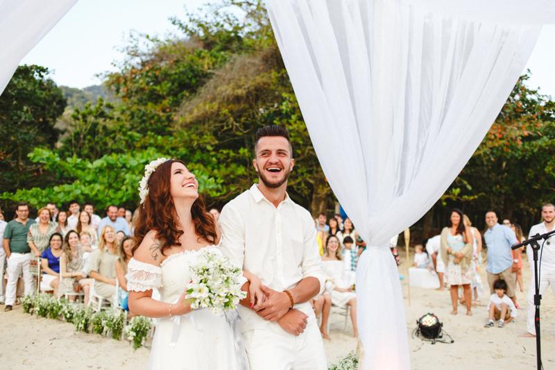 A Mayara e o Vaz se casaram na praia, foi um casamento lindo, todos de branco, com os pés na areia. Os noivos sorriram bastante, foi um casamento leve e divertido. Casamento na praia rende fotos lindas. Casamento em São Sebastião - SP
