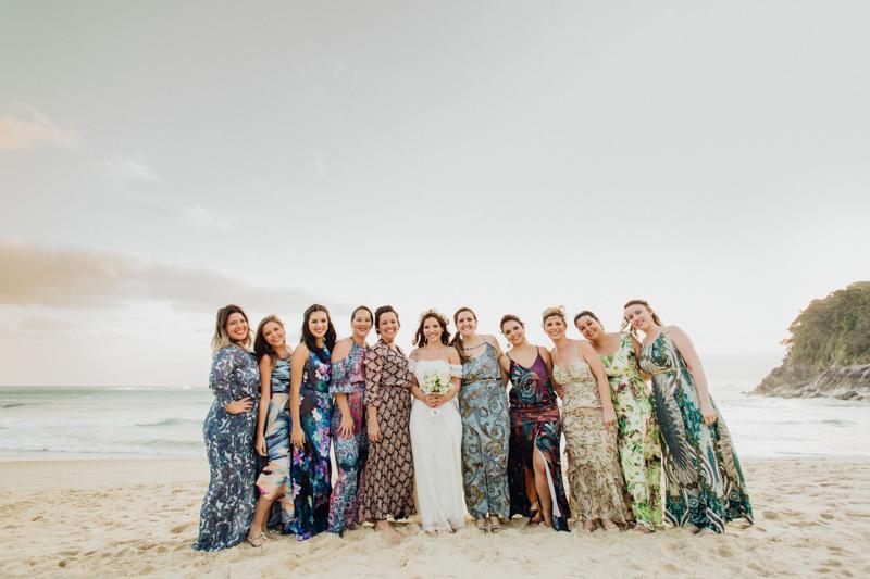 A Mayara com as madrinhas de seu casamento. A Noiva se casou numa praia linda, adoramos fotografar esse casamento na Praia, praia de Santiago, em São Sebastião - SP. Fotos por Moyra e Tiago, fotógrafos de casamento