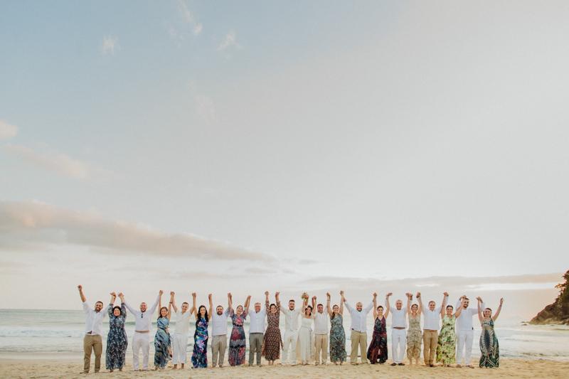Fotos dos padrinhos, foto divertida com os padrinhos, fotos na praia. Uma momento divertido com os noivos e padrinhos depois da cerimônia. Fotografia de casamento na praia. Fotos por Moyra e Tiago, fotógrafos de casamento