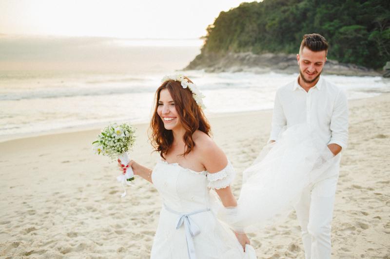 Fotos de noiva na praia, casamento na praia, noivos na praia, luz mágica para casamento, vestido de noiva lindo, vestido de noiva encantador. Fotos por Moyra e Tiago, fotógrafos de casamento