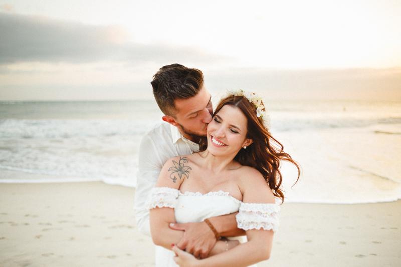 Fotos dos noivos na praia de Santiago, em São Sebastião - SP. A Mayara e o Vaz se casaram nesse cenário incrível na praia favorita deles. Fotos por Moyra e Tiago, fotógrafos de casamento