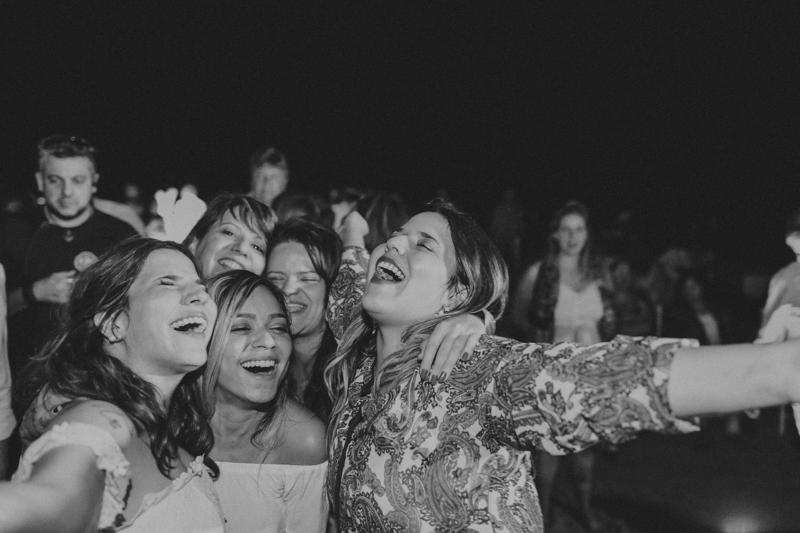 Festa de casamento animada. Os convidados desse casamento na praia se divertiram muito. Os noivos dançaram com os convidados e todos gostaram da festa desse casamento, casamento em São Sebastião - SP, casamento na praia. Fotos por Moy
