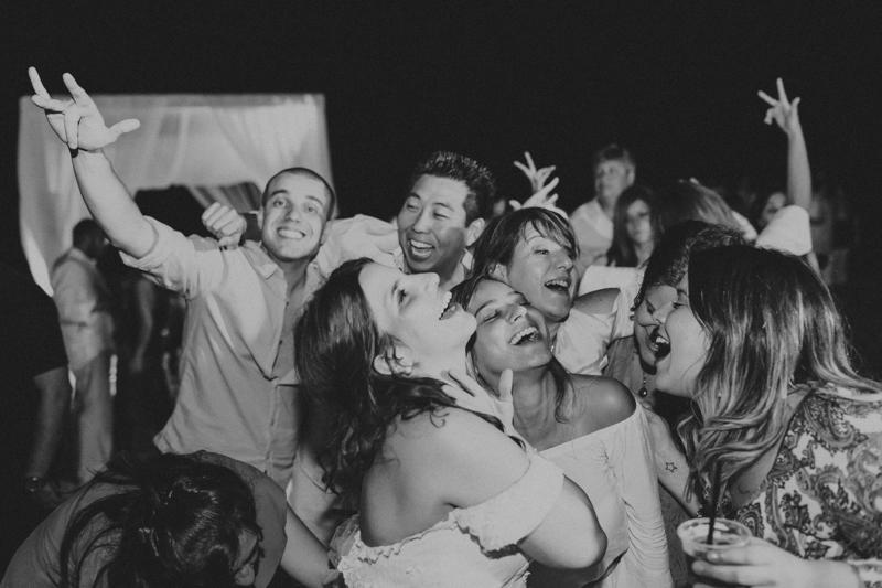 Os convidados do casamento se divertiram muito. Foi uma festa muito animada, muita dança com música. Fotos por Moyra e Tiago, fotógrafos de casamento