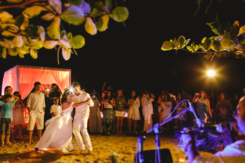 Mayara e Vaz dançando em seu casamento na praia. Casamento lindo  divertido, cheio de alegria. Casamento em São Sebastião - SP. Fotos por Moyra e Tiago, fotógrafos de casamento
