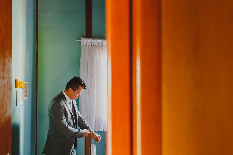 Fotografia de casamento. Making of do noivo. O noivo se arrumou antes de todos os convidados, seus preparativos foram no sítio da família. Fotografia de casamento.