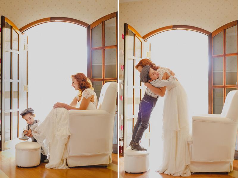 O filho da noiva, o pequeno Miguel, ajudou sua mãe a colocar os sapatos. Uma cena linda do casamento da Helena, a noiva se arrumou junto com os seus filhos para o próprio casamento. Um fotografia linda porque não é todo filho q