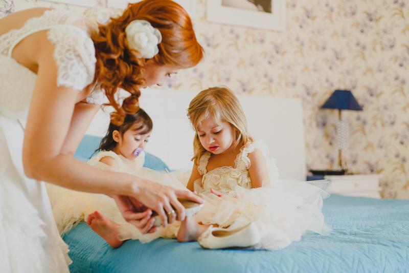 A noiva Helena usando o Vestido de noiva da Marca Pó de Arroz ajudando suas filhas a se arrumarem. Casamento intimista e com momentos lindos de família. Fotografia de casamento, fotos de casamento, noiva pó de arroz, vestido de noiva