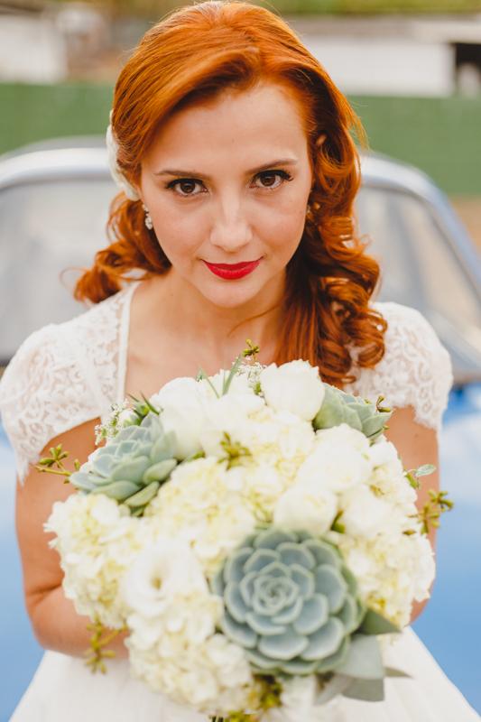 A noiva Helena ficou linda com o vestido da Marca Pó de Arroz, Conseguimos um tempo antes da cerimônia pra fotografar a noiva do lado do seu Chavete Azul. Adoramos fotografar a noiva e fazer alguns retratos. Fotografia de casamento, fotos de