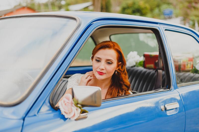 A noiva Helena ficou muito bonita com o vestido da Marca Pó de Arroz, Conseguimos um tempo antes da cerimônia pra fotografar a noiva do lado do seu Chavete Azul. Adoramos fotografar a noiva e fazer alguns retratos. Fotografia de casamento, fo