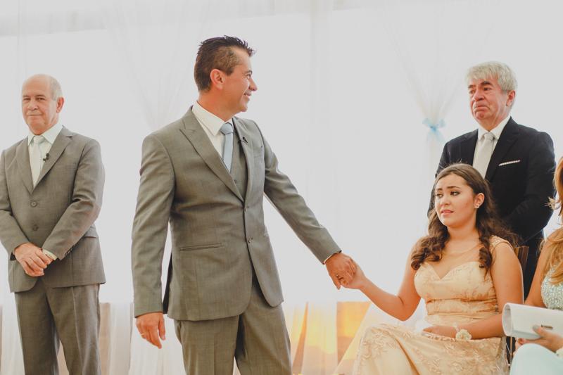 Fotografia com emoção. A cerimonia do casamento foi muito emocionante, A noivo e seu irmão ficaram muito emocionados. Adoro essa foto  porque ainda tem  contato do noivo com a sua filha e o olhar emocionado entre os irmãos.  Fo