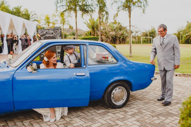 A noiva helena chegou para casar no Chavete da família, o pai da noiva veio acompanhar esse momento antes da cerimonia. Fotografia de casamento, fotos de casamento, noiva pó de arroz, vestido de noiva , vestida de branco, casamento em Santa
