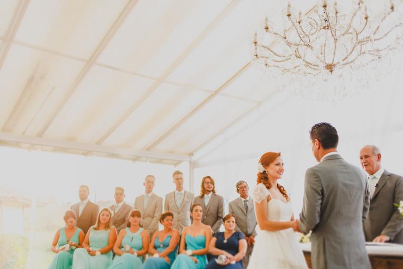 O ambiente do casamento era todo claro. Os noivos escolheram um horário perfeito para o casamento. A luz da tarde estava linda no dia, nessa foto podemos ver as madrinhas da noiva vestidas de azul, o que fez uma combinação de cores li