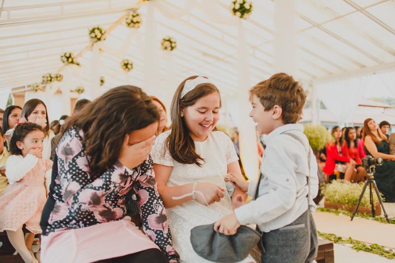 No meio da cerimônia as crianças estavam se divertindo bastante. O miguel, filho dos noivos, participou de vários momentos do casamento. Fotografia de casamento, fotos de casamento, noiva pó de arroz, vestido de noiva , vestida