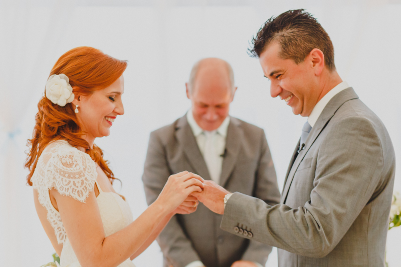 Troca de alinhas dos noivos. Fotografia de casamento, fotos de casamento, noiva pó de arroz, vestido de noiva , vestida de branco, casamento em Santa Isabel, casamento de dia, casamento no campo,