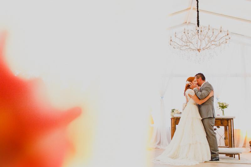 Nesse cenário com a luz da tarde os noivos deram o primeiro beijo como casados. Fotografia de casamento, fotos de casamento, noiva pó de arroz, vestido de noiva , vestida de branco, casamento em Santa Isabel, casamento de dia, casamento no c