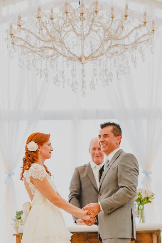 Foi uma cerimônia cheia de emoções e sorrisos, os noivos se emocionaram bastante. Fotografia de casamento, fotos de casamento, noiva pó de arroz, vestido de noiva , vestida de branco, casamento em Santa Isabel, casamento de dia,