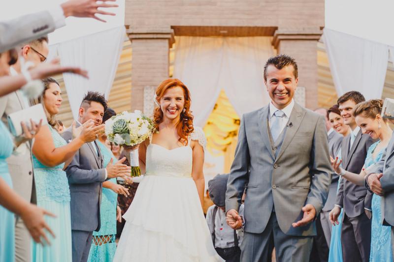No final da cerimônia os noivos foram recebidos por uma chuva de arroz lançada pelos padrinhos. Fotografia de casamento, fotos de casamento, noiva pó de arroz, vestido de noiva , vestida de branco, casamento em Santa Isabel, casamento