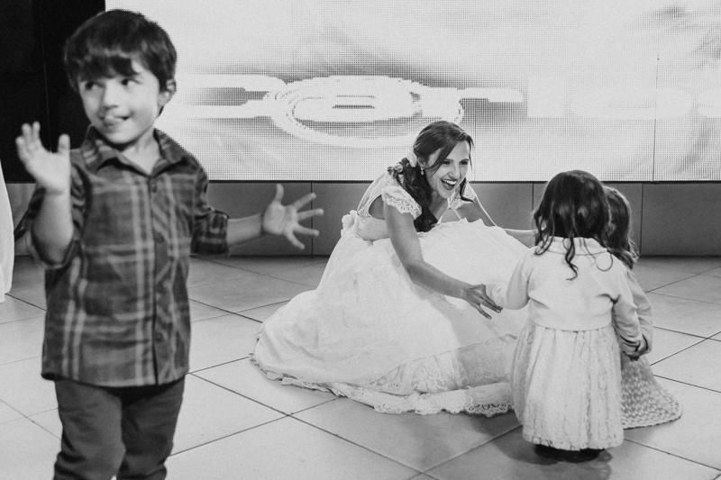 A noiva conseguiu vários momentos para curtir os filhos no próprio casamento. Fotografia de casamento, fotos de casamento, noiva pó de arroz, vestido de noiva , vestida de branco, casamento em Santa Isabel, casamento de dia, casamento