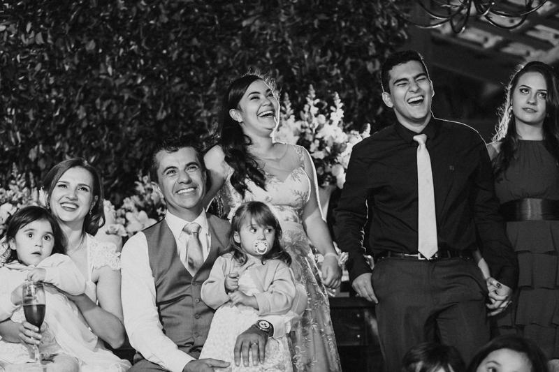 Adoramos essas cenas de emoção nos casamentos. Fotografia de casamento, fotos de casamento, noiva pó de arroz, vestido de noiva , vestida de branco, casamento em Santa Isabel, casamento de dia, casamento no campo,