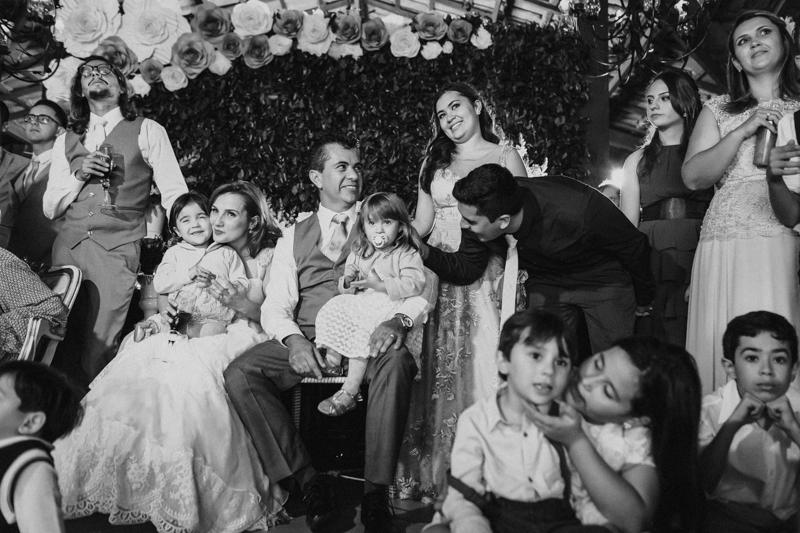 Nessa fotos vemos toda a família dos noivos reunidos. Fotografia de casamento, fotos de casamento, noiva pó de arroz, vestido de noiva , vestida de branco, casamento em Santa Isabel, casamento de dia, casamento no campo,