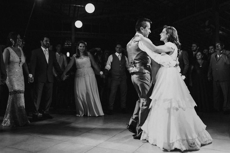 Os noivos aproveitaram para dançar muito. A primeira dança dos noivos foi um momento lindo na festa. Fotografia de casamento, fotos de casamento, noiva pó de arroz, vestido de noiva , vestida de branco, casamento em Santa Isabel, casa