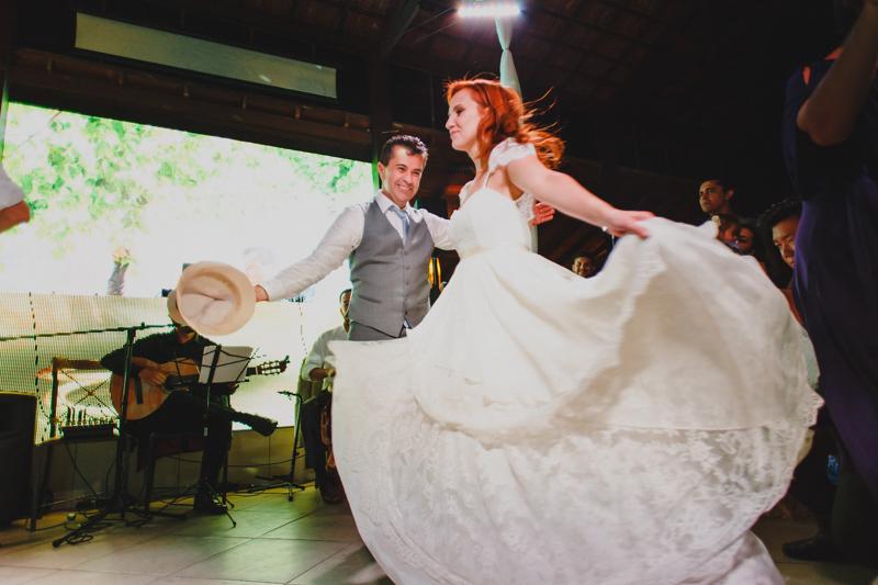 A noiva usou um lindo vestido da Marca Pó de Arroz, o vestido da noiva tinha um caimento lindo. Fotografia de casamento, fotos de casamento, noiva pó de arroz, vestido de noiva , vestida de branco, casamento em Santa Isabel, casamento de dia