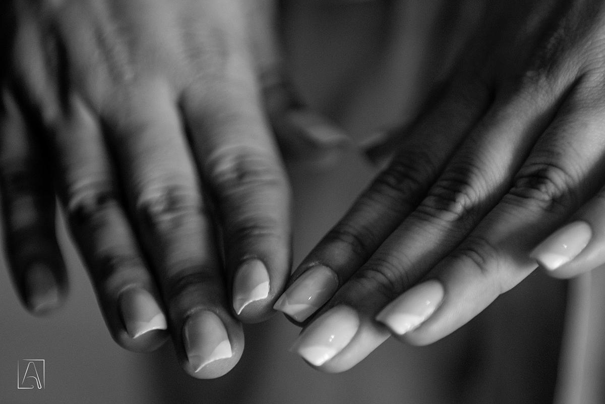 detalhe das mãos da noiva unhas pintadas